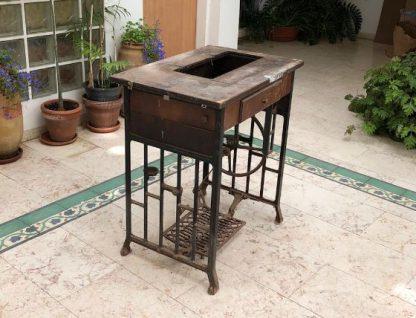 שולחן מכונת תפירה מעוצב